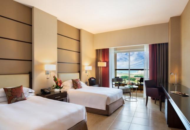 غرفة كلاسيكية بها شرفة وسرير ثنائي