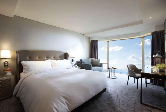Deluxe 1 King Bed Partial Ocean View